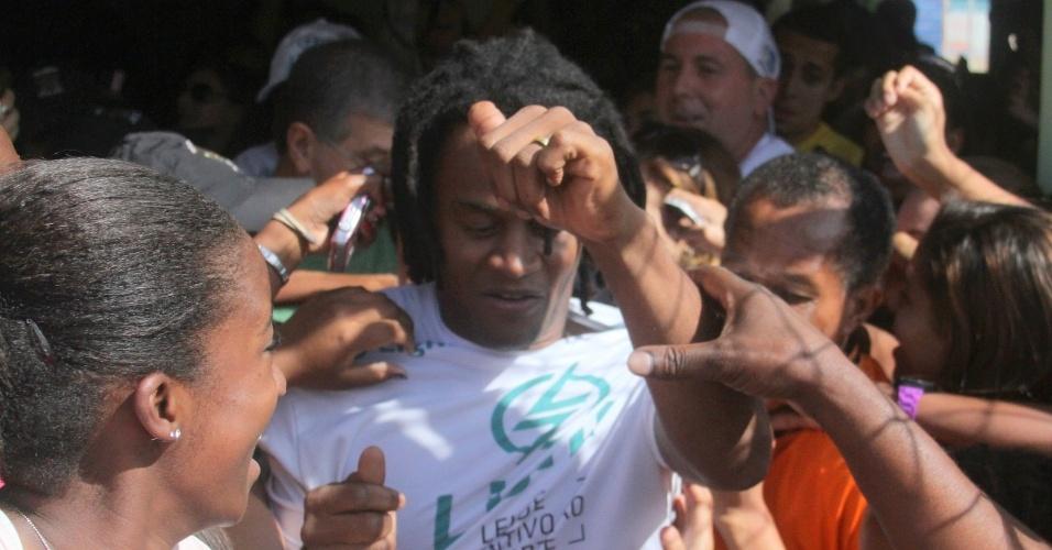 O cantor Tony Garrido é assediado pelas fãs durante partida de futebol no Rio de Janeiro (24/6/12)