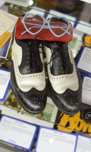Óculos e sapatos de Elton John são leiloados em Los Angeles (23/6/12)