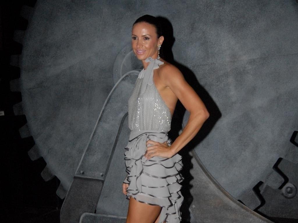 Os modelos, porém, nem sempre são discretos, apesar das cores básicas. Na São Paulo Fashion Week de 2010, por exemplo, Maurren optou por este modelo frente-única, com saia de babado e calda irregular (20/01/2010)