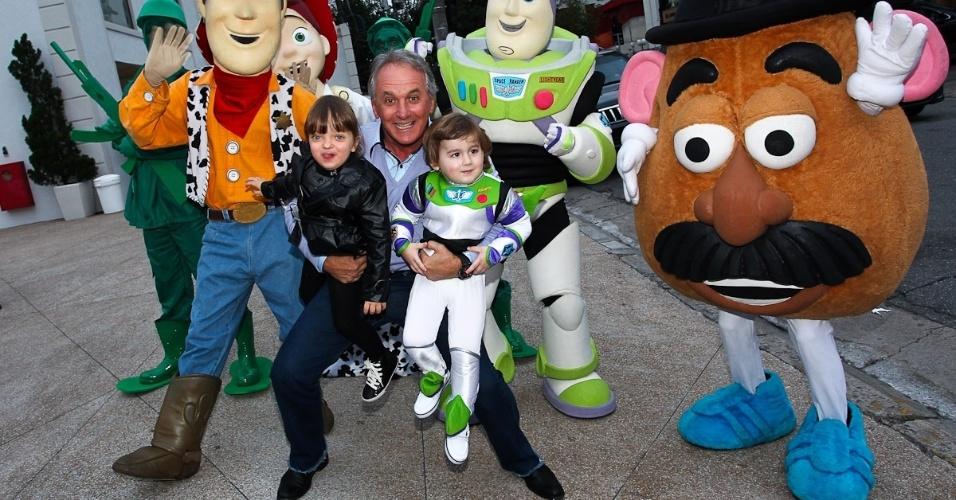 """Otávio Mesquita posou abraçado a Rafaella Justus e ao filho Pietro, que completou três anos (25/6/12). A festa teve como tema o filme """"Toy Story"""""""
