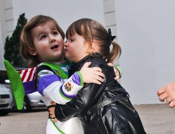 Rafaella Justus e o aniversariante, Pietro, se abraçaram (25/6/12)
