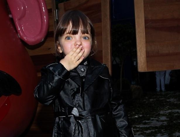 Rafaella Justus mandou beijos para os fotógrafos ao chegar no local da festa, em São Paulo (25/6/12)