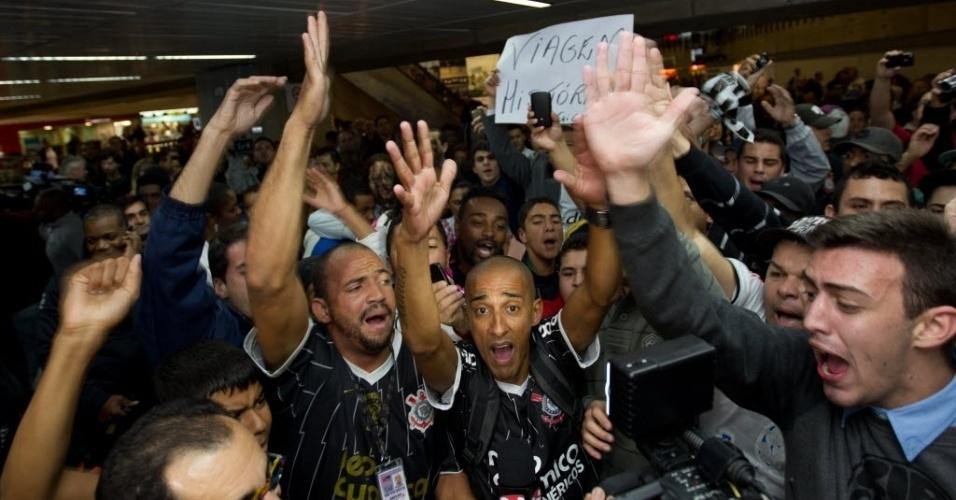 Torcedores corintianos lotam saguão de aeroporto para incentivar equipe no embarque para a Argentina