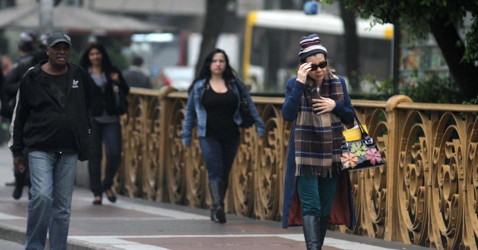 26.jun.2012-Pedestres se protegem do frio, no viaduto Santa Efigênia, em São Paulo (SP)