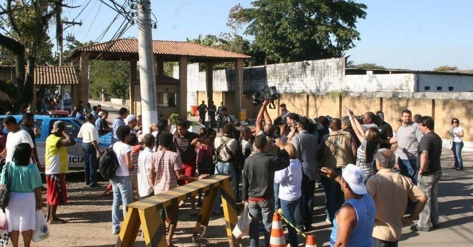 8.jul.2010 - Aglomeração de curiosos e jornalistas em frente à entrada do complexo penitenciário de Gericinó, em Bangu, para onde Bruno e Macarrão foram levados
