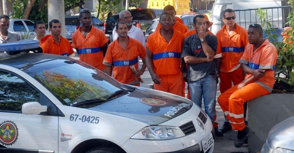 8.jul.2010 - Garis acompanham transferência de Bruno e Macarrão da Divisão de Homicídios da Polícia Civi, na Barra da Tijuca, zona oeste do Rio, para o presídio de Bangu 2