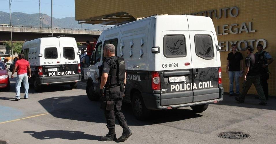 8.jul.2010 - Goleiro Bruno e seu amigo Luiz Henrique Romão, o Macarrão, chegam ao IML (Instituto Médico Legal) para fazer exame de corpo de delito antes de seguirem ao presídio Bangu 2