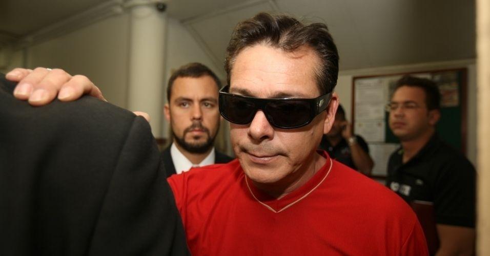 8.jul.2010 - Luiz Carlos Samudio, pai de Eliza Samudio, deixa a delegacia em Belo Horizonte (MG) depois de perder a guarda provisória de seu neto para Sônia Moura, sua ex-mulher