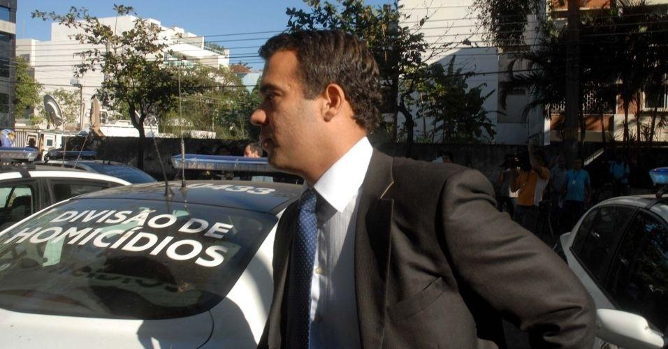 8.jul.2010 - O advogado Michel Assef Filho chega na Divisão de Homicídios da Polícia Civil do Rio de Janeiro, na Barra da Tijuca. Assef Filho, que defendia o goleiro Bruno Souza, anunciou na manhã desta quinta-feira (8) que abandonou o caso