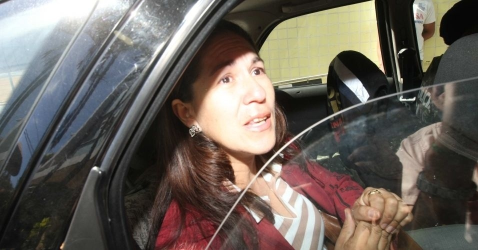 8.jul.2010 - Sônia de Fátima Moura, 44, mãe de Eliza Samudio, deixa a delegacia em Belo Horizonte (MG) após ser confirmada a transferência da guarda provisória de seu neto para seu nome