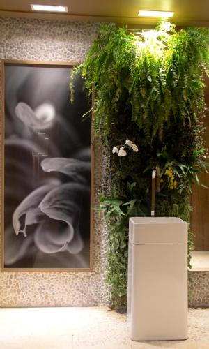 A dupla Daniela Lobo e Priscila Iglesias criou o Banheiro Feminino - um cômodo funcional com uso de elementos naturais como as pedras no piso e nas paredes. Um sistema de irrigação dos jardins verticais garante a manutenção das plantas