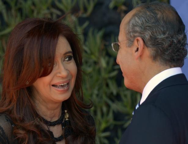 """Cristina Kirchner, presidente da Argentina (na foto, ao lado do presidente mexicano Felipe Calderón), alega """"condições desfavoráveis"""" para suspender acordo por três anos  - Cris Bouroncle/AFP"""