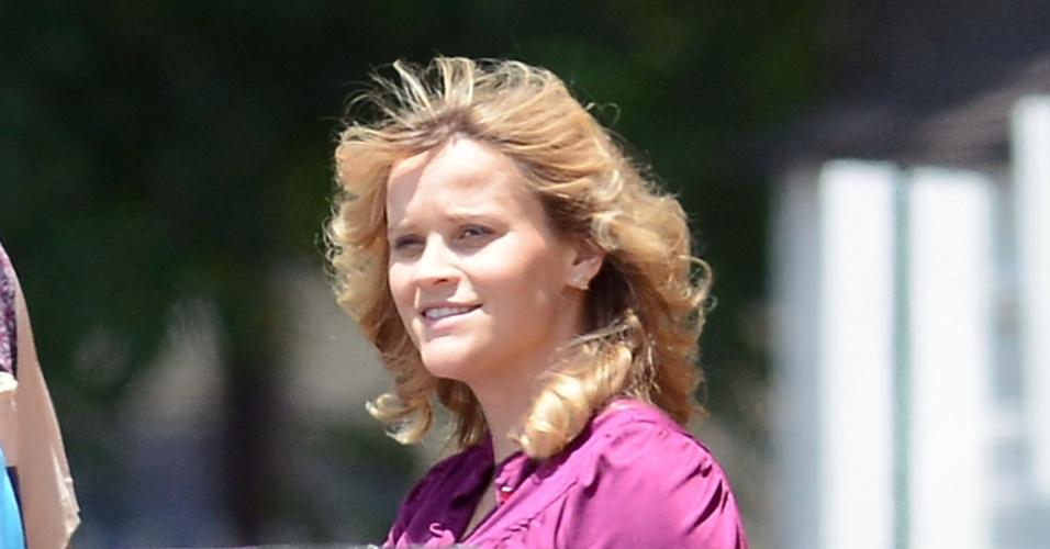 Depois de confirmar gravidez, atriz Reese Witherspoon exibe barriga de cinco meses em set de filmagem (25/6/12)