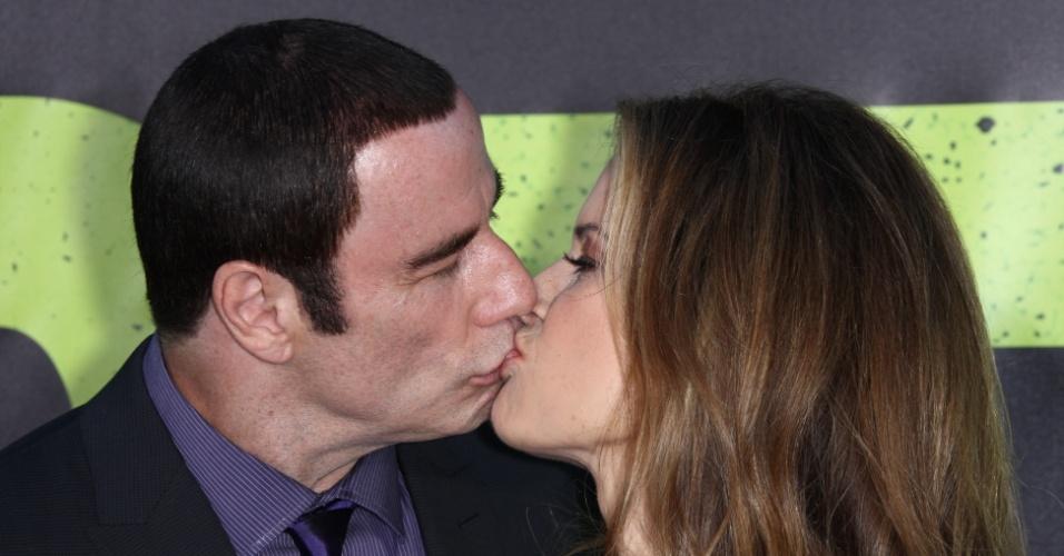 """Em meio a polêmicas sobre assédio sexual, John Travolta beija a mulher Kelly Preston na pré-estreia de """"Selvagens"""" (25/6/12)"""
