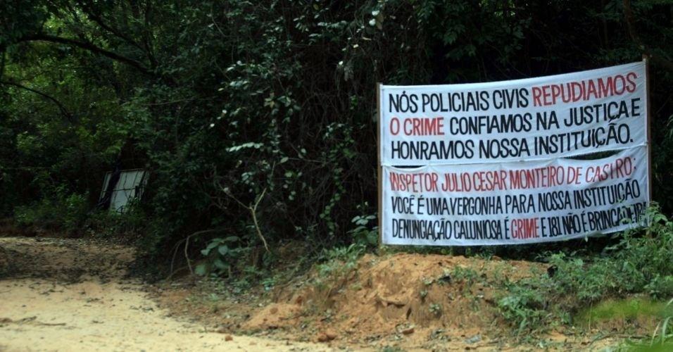 """Faixas são colocadas em sítio alugado por Marcos Aparecido dos Santos, o """"Bola"""", que treinava policiais do GRE (Grupo Resposta Especial) após ser exonerado da Polícia Civi e é um dos suspeitos de ter matado Eliza Samudio. As faixas mencionam o perito Julio César Monteiro de Castro que afirmou em entrevista que foi ameaçado após denunciar crimes que teriam sido cometidos no local"""