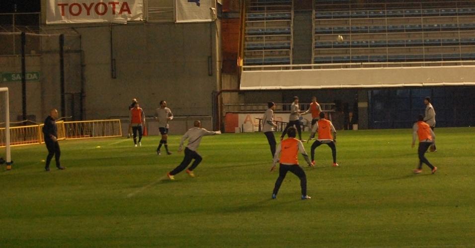 Jogadores do Corinthians treinam na Bombonera antes de jogo decisivo