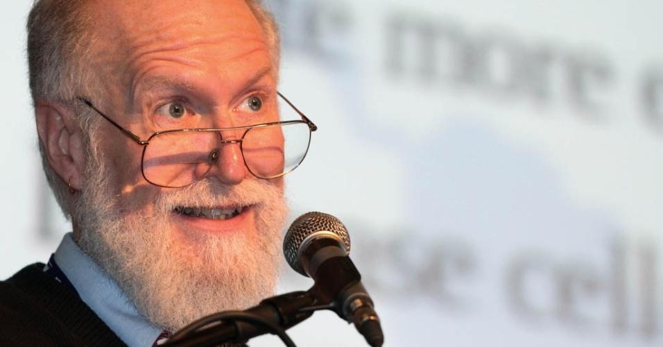 26.jun.2012 - Aos 61 anos, Jon ''Maddog'' Hall, presidente da fundação Linux International, considerado o guru do software livre, revelou que é homossexual em uma carta publicada em homenagem ao centenário de Alan Turing, matemático inglês, pai da computação, também homossexual. Maddog diz ter assumido só agora a opção sexual porque esperou os pais morrerem e não queria que sua sexualidade ''ferisse'' o Linux e o Software Livre.  A carta foi publicada na edição internacional da ''Linux Magazine''