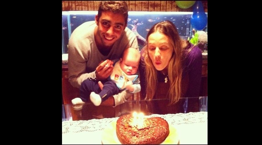 Luana Piovani e o marido, o surfista Pedro Scooby, fizeram uma festa para celebrar os três meses do filho Dom (26/6/12)