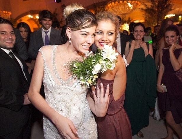 Luma Costa postou no Twitter as fotos de seu casamento com Leonardo Martins no sábado (22) e mostrou que quem pegou o buquê foi a namorada de Malvino Salvador, Sophie Charlotte