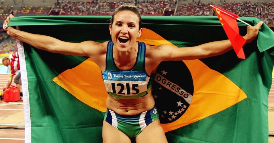 Maurren Maggi comemora medalha de ouro no salto em distância nas Olimpíadas de Pequim-2008