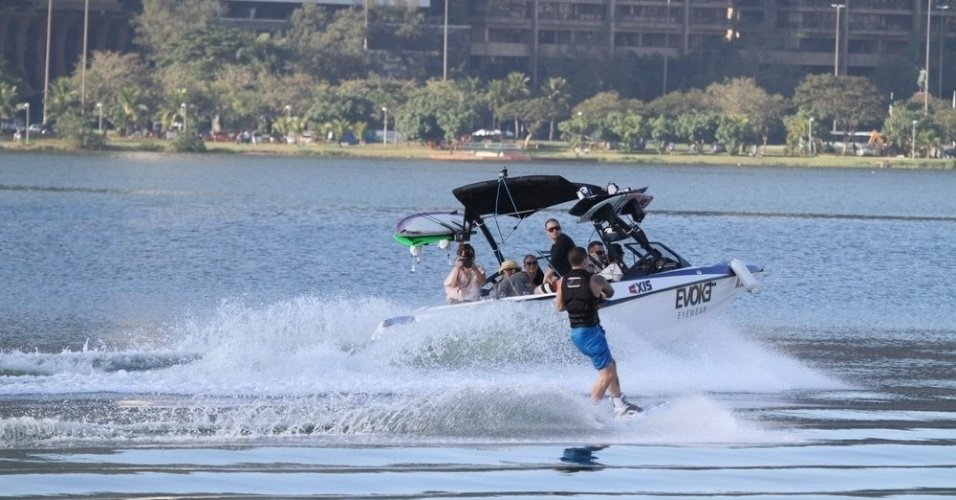 Namorado de Jennifer Lopez, Casper Smart, praticou esqui aquático na Lagoa, zona sul do Rio (26/6/12)