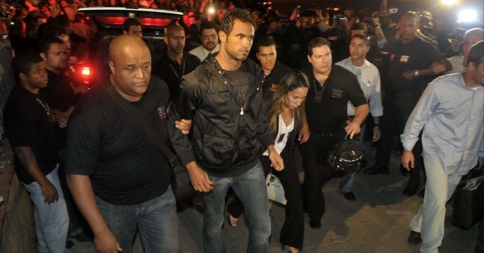 """O goleiro Bruno chega ao Departamento de Investigações de Belo Horizonte, em Minas Gerais, na noite desta quinta-feira. Sob gritos de """"assassino"""", o atleta manteve a cabeça erguida durante todo o tempo"""