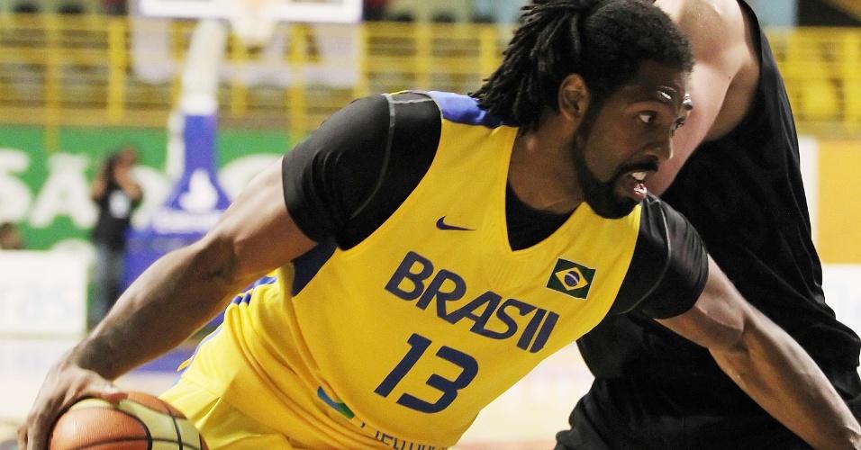 Pivô brasileiro Nenê tenta a infiltração durante jogo contra a Nova Zelândia