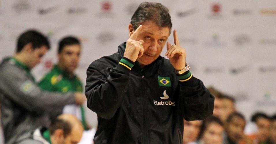 Rubén Magnano, técnico da seleção brasileira de basquete, orienta sua equipe durante jogo contra a Nova Zelândia