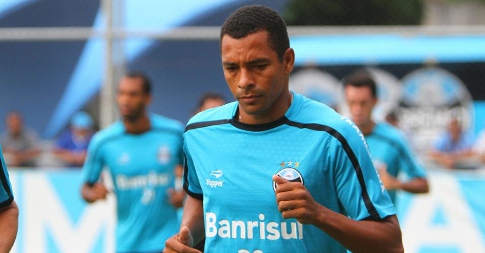Zagueiro e volante Gilberto Silva do Grêmio corre no gramado suplementar do estádio Olímpico (arquivo)