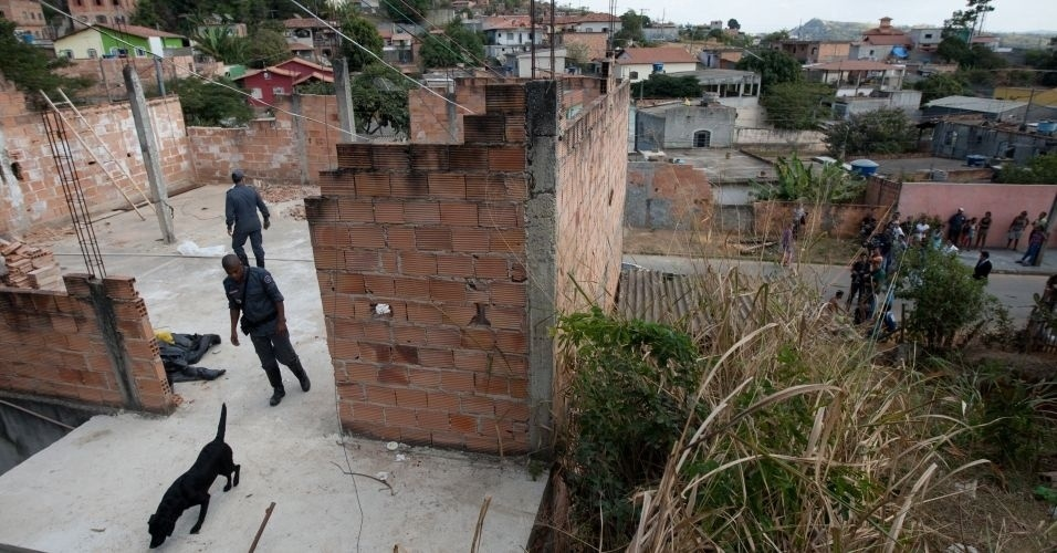 14.jul.2010 - Cachorros são usados para procurar o local onde o corpo de Eliza Samudio poderia estar enterrado na casa do ex-policial Marcos Aparecido dos Santos, o Bola ou Paulista