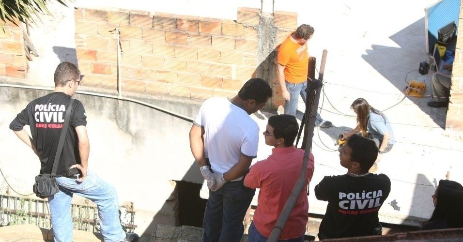 14.jul.2010 - Policiais realizam novas buscas na residência da rua Araruama, no bairro Santa Clara, em Vespasiano (MG), onde mora o ex-policial civil Marcos Aparecido dos Santos, o Bola, apontado como o executor de Eliza Samudio