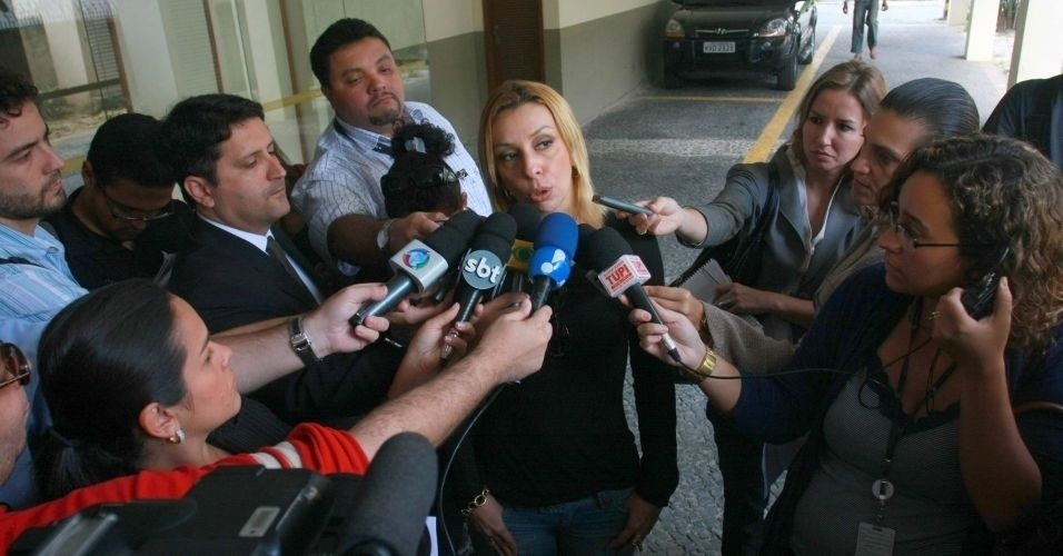 16.jul.2010 - A diretora da Polinter, Roberta Carvalho, afirmou nesta sexta-feira que os advogados de Fernanda Gomes Castro e Ingrid Oliveira, mulheres que supostamente têm envolvimento com o goleiro, pediram para a polícia remarcar a data dos depoimentos