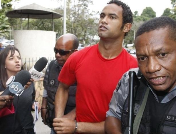 19.jul.2010 - O goleiro Bruno Souza chegou por volta de 12h desta segunda-feira ao Departamento de Investigações (DI), em Belo Horizonte (MG), para prestar depoimento sobre o desaparecimento de sua ex-namorada Eliza Samudio