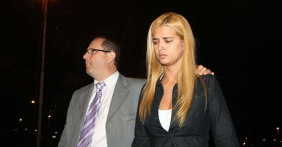 20.jul.2010 - Fernanda Gomes Castro, 31, suposta amante do goleiro Bruno, deixa o Departamento de Investigações de Minas Gerais, em Belo Horizonte, onde prestou depoimento. Fernanda confirma que cuidou do bebê de Eliza Samudio, mas nega ter tido contato com ela