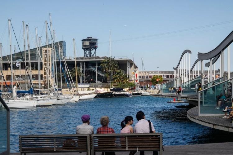 27.jun.2012 - População se diverte em porto de Barcelona, na Espanha