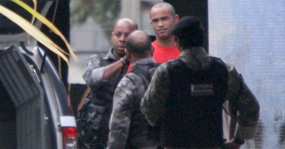 29.jun.2010 - O goleiro Bruno raspou o cabelo na penitenciária Nelson Hungria, em Contagem, Minas Gerais, onde está preso desde o início do mês por suspeita de envolvimento no desaparecimento da ex-amante, Eliza Samudio