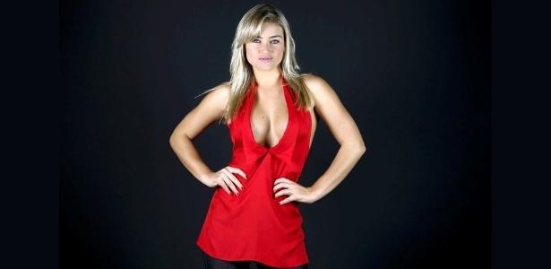 """A coelhinha da """"Playboy"""" Thaiz Schimitt mostra quais os melhores tipos de decote para quem tem silicone - Leandro Moraes/UOL"""