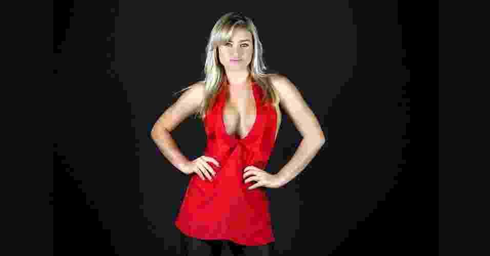 """A coelhinha da """"Playboy"""" Thaíz Schimitt conta que para badalar gosta de blusas bem decotadas, como este modelo frente única com gola. A dica para não deixar o seio escapar é colar uma fita duplaface no corpo e no tecido da blusa, evitando que ela saia do lugar. Blusa vermelha frente única com gola. R$ 448, na Maria Bonita Extra (Tel.: 11 3063-3609). Preço pesquisado em junho de 2012 e sujeitos a alteração - Leandro Moraes/UOL"""