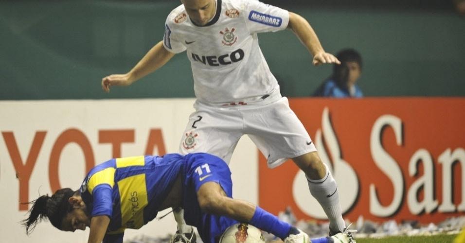 Alessandro pressiona e tenta roubar a bola de Erviti, do Boca Juniors