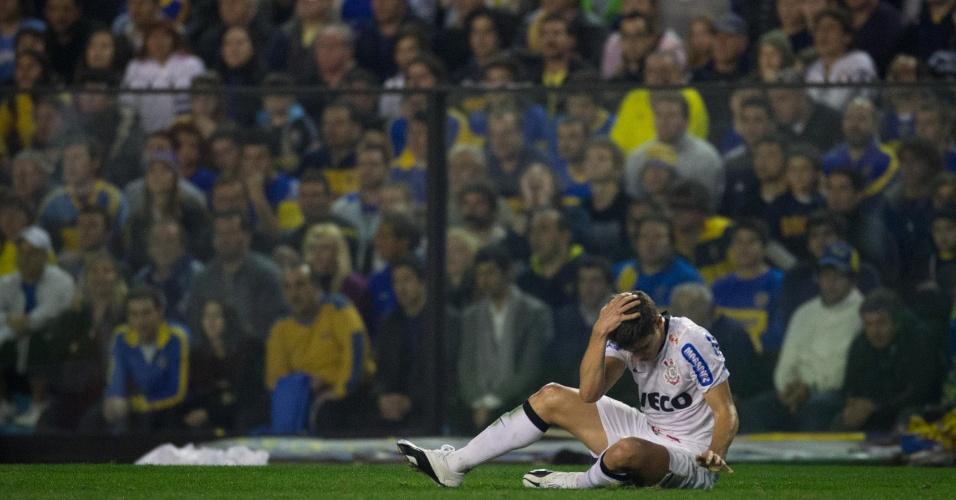 Alex fica no gramado de La Bombonera após sofrer uma falta durante a partida contra o Boca Juniors