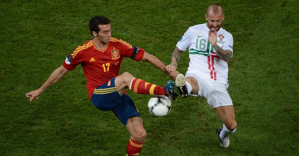 Arbeloa (esq) e Raul Meirelles mostraram as travas em disputa de bola