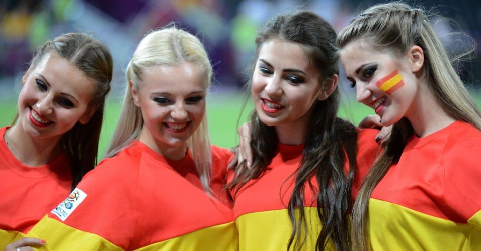 Cheerleaders da Eurocopa posam para foto antes do início da semifinal entre Espanha e Portugal