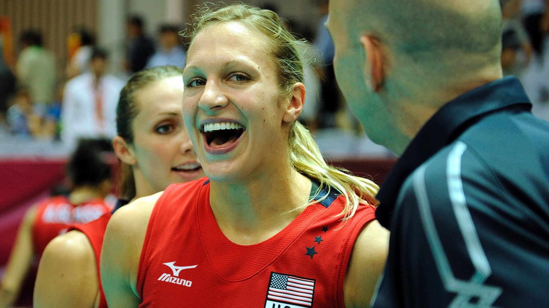 Christa Harmotto comemora a vitória norte-americana com o técnico Hugh McCutcheon
