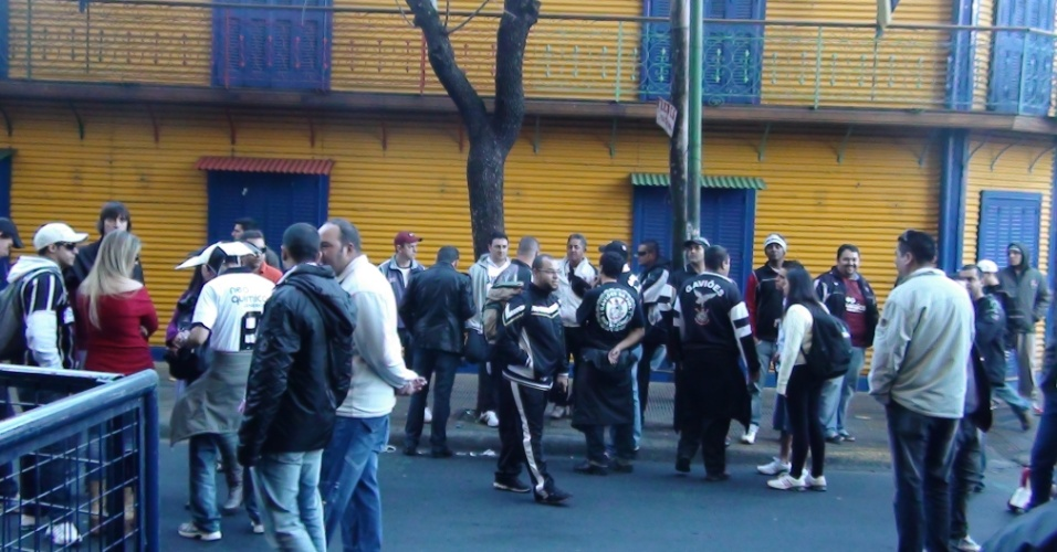 Corintianos tentam até a última hora obter ingressos na frente de La Bombonera para a final contra o Boca