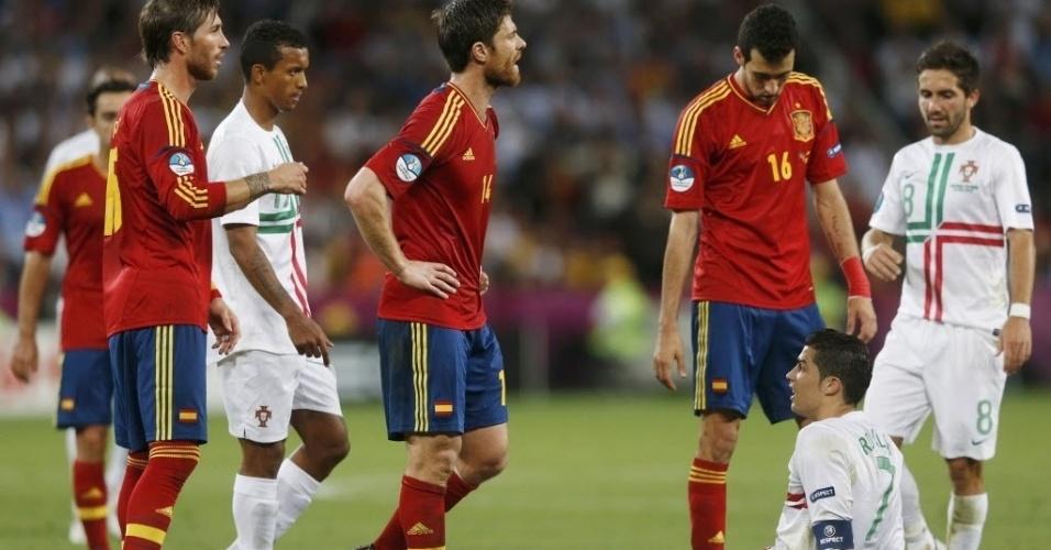 Cristiano Ronaldo sofre falta e fica no chão, enquanto Sergio Ramos (e), Xabi Alonso (c) e Busquets (d) reclamam