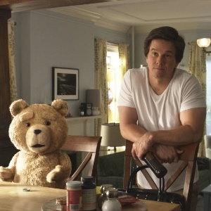 """Em cena de """"Ted"""", John Bennett (Mark Wahlberg) é um adulto imaturo que divide seu apartamento com um urso de pelúcia falante, passa as tardes assistindo à TV e bebendo cerveja - Divulgação / Universal"""