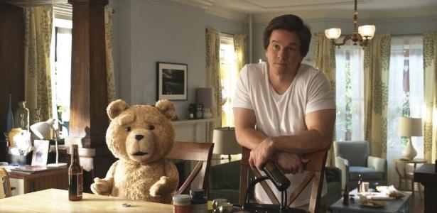 """Em cena de """"Ted"""", John (Mark Wahlberg) é um adulto um tanto imaturo que ainda divide seu apartamento com um urso, passa as tardes assistindo TV e bebendo cerveja"""