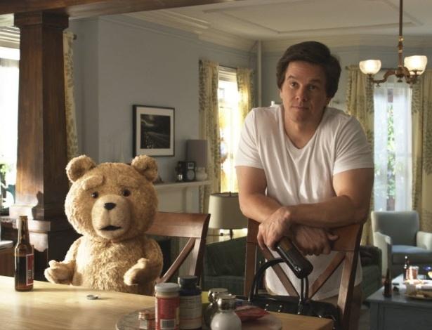 """Em cena de """"Ted"""", John Bennett (Mark Wahlberg) é um adulto imaturo, que divide seu apartamento com um ursinho de pelúcia falante, bebendo e fumando maconha"""