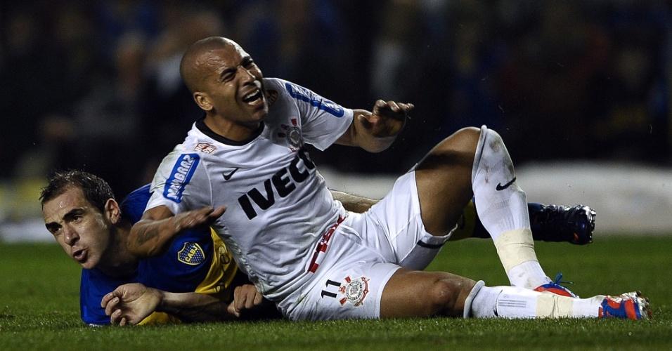 Emerson Sheik fica caído no gramado de La Bombonera após sofrer falta durante a partida contra o Boca Juniors