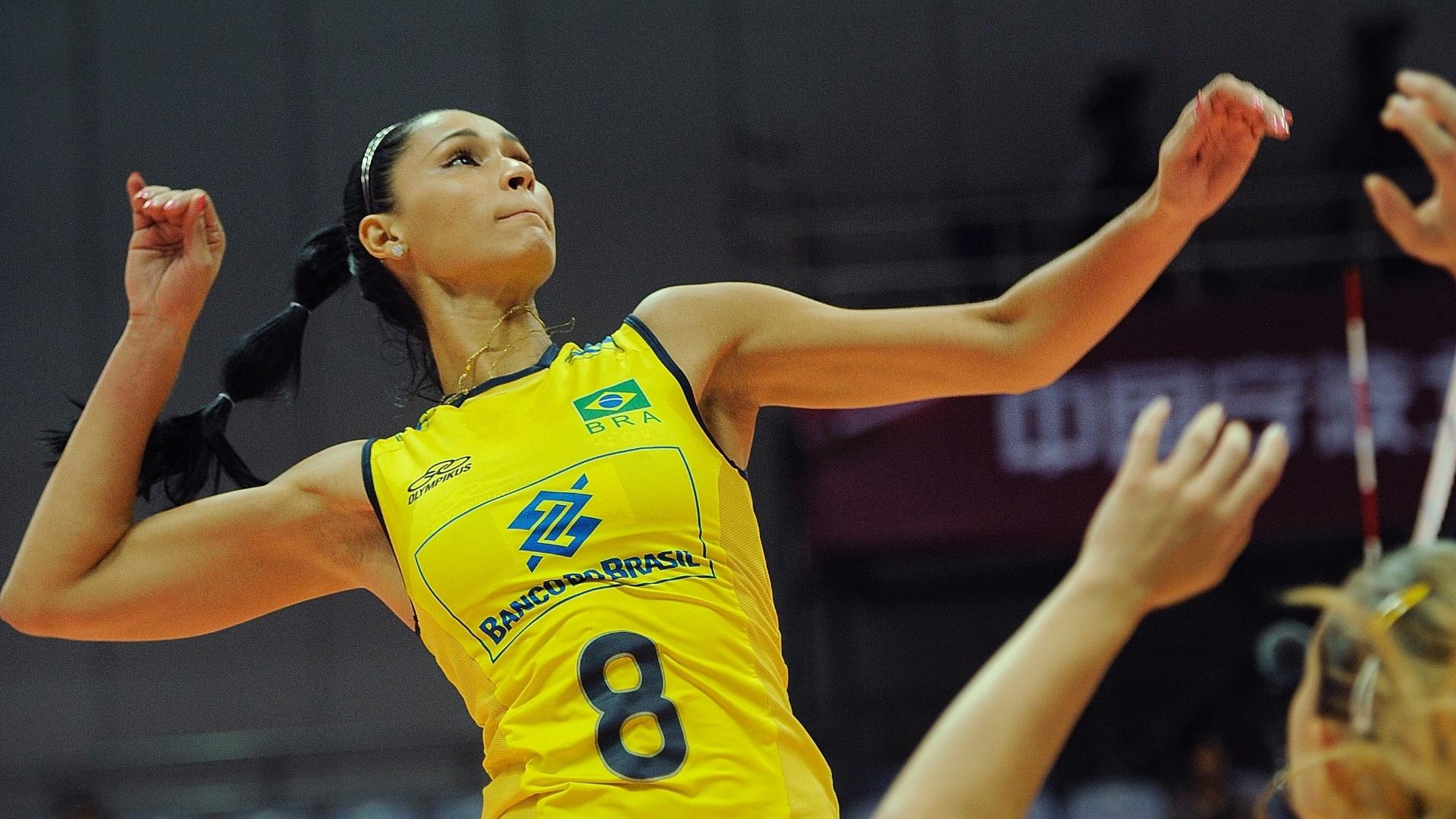 Jaqueline salta para tentar o ataque para o Brasil no duelo contra os EUA